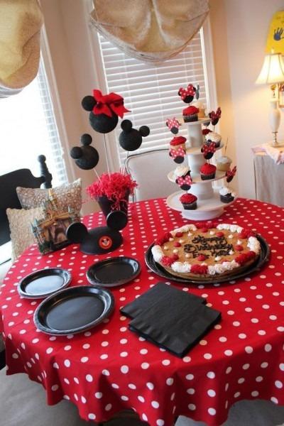 Love The Table Setup! Table Cloth, Plates Set Up Like Mickey